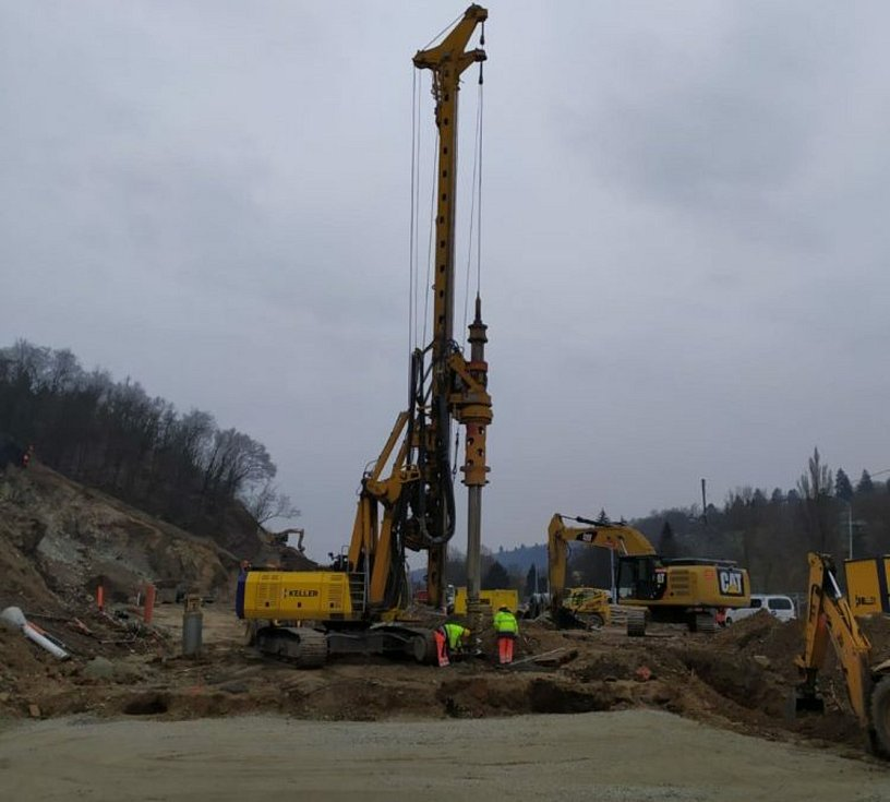 Práce na stavbě II. etapy velkého městského okruhu Žabovřeská pokračují. Silničáři zajišťují skalní svah a dělají pilotáž pod základovými pasy pro přesypanou část tunelu.