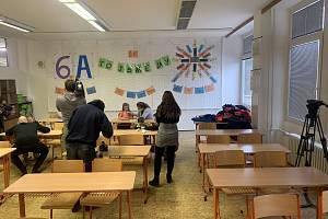 Děti z brněnské základní školy Bosonožská zkoušely slinové testy na covid.