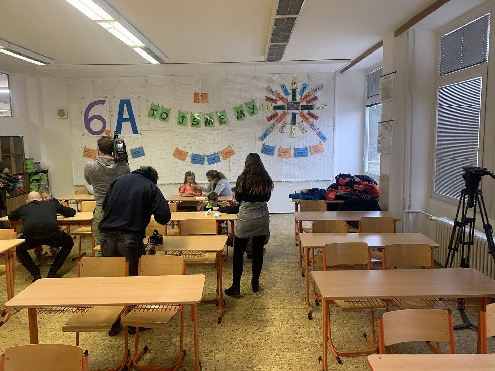 První v kraji. Děti z brněnské základní školy Bosonožská zkoušely slinové testy na covid.