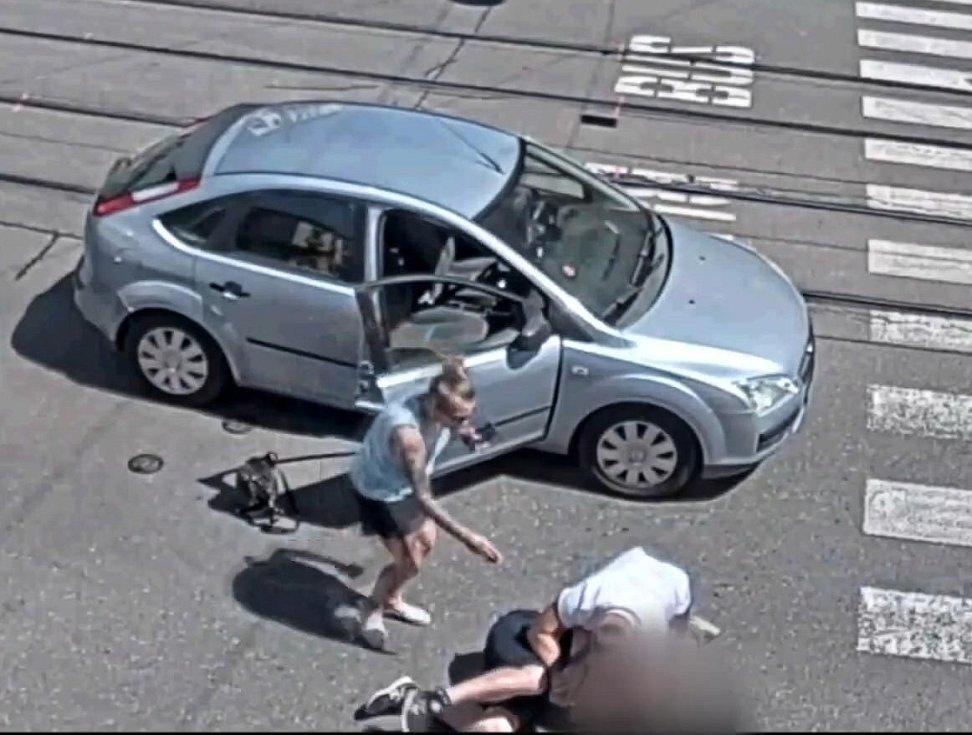 Konflikt musela uklidňovat spolujezdkyně řidiče fordu.
