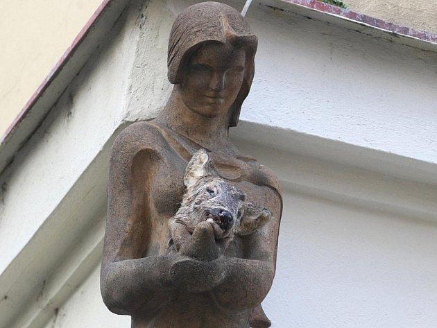 """Hlavou srny """"ozdobil"""" neznámý vandal sochu dívky na rohu ulic Česká a Skrytá v centru města."""