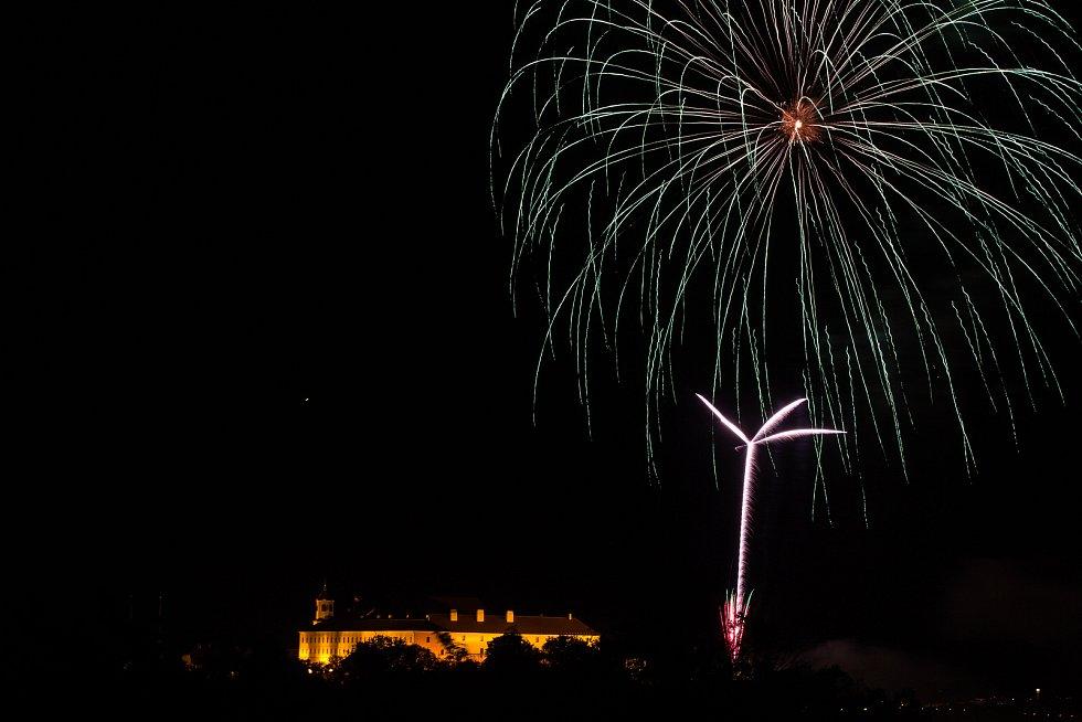 Letošní zahajovací ohňostroj festivalu Ignis Brunensis odpálili nad hradem Špilberk brněnští ohňostrůjci Theatrum Pyroboli.