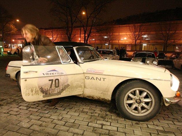 Už potřetí letos zamířili do Brna účastníci zimního orientačního závodu veteránských aut The Winter Trial.
