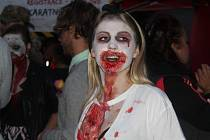 Brnem se prošly desítky děsivých zombií.