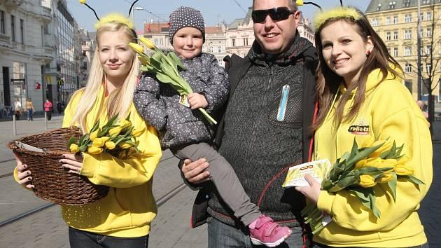 ostesky Radia Čas se v pátek proměnily v posly jara a rozdávaly kolemjdoucím květiny.