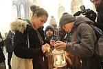 Skauti předali v neděli v katedrále svatého Petra a Pavla na Petrově v Brně betlémské světlo pomocnému biskupovi Pavlu Konzbulovi. Po mši si pak Brňané odnášeli světlo v lampičkách domů.