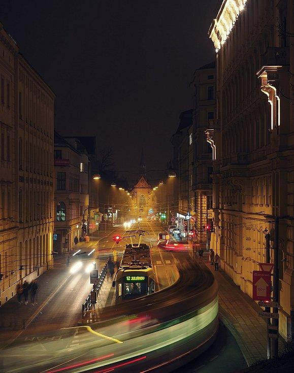 Známé dominanty Brna i běžným kolemjdoucím skrytá zákoutí zachytil objektiv fotoaparátu. Pohled na Husovu.