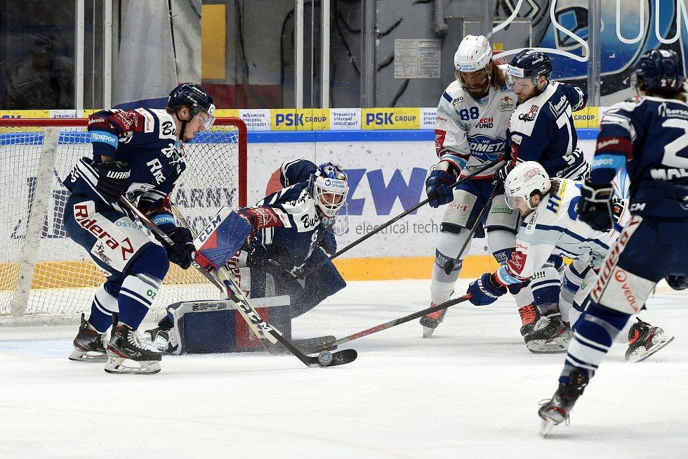 Domácí HC Kometa Brno (Peter Mueller) v bílém proti HC Vítkovice Ridera (Miroslav Svoboda)
