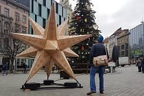 Dřevěná vánoční hvězda na brněnském náměstí Svobody.