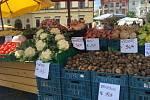Na brněnském Zelném trhu si nakupující mohou vybrat z několika druhů ovoce a zeleniny.