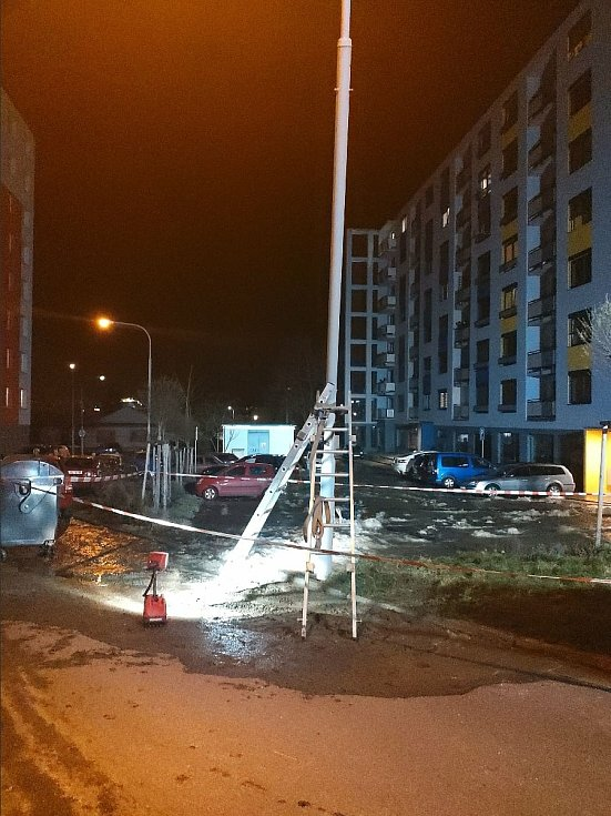 V noci v Černovicích a ráno v Komíně pomáhali hasiči u vodovodních havárií.