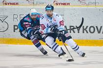 Hokejový útočník Jakub Valský (v bílém) nastoupil v brněnské Kometě na týdenní zkoušku.