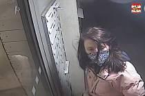 Na kameře je vidět mladá žena, jak nějakým nástrojem překonává vstupní dveře a po chvíli jimi odchází i s ukradeným kolem.
