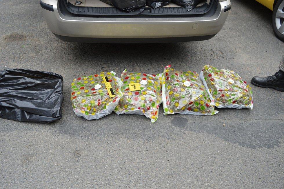 Celníci s policisty zadrželi mezinárodní gang obchodníků s marihuanou.