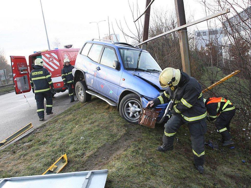 Nehoda osobního auta v Hradecké ulici v Brně.