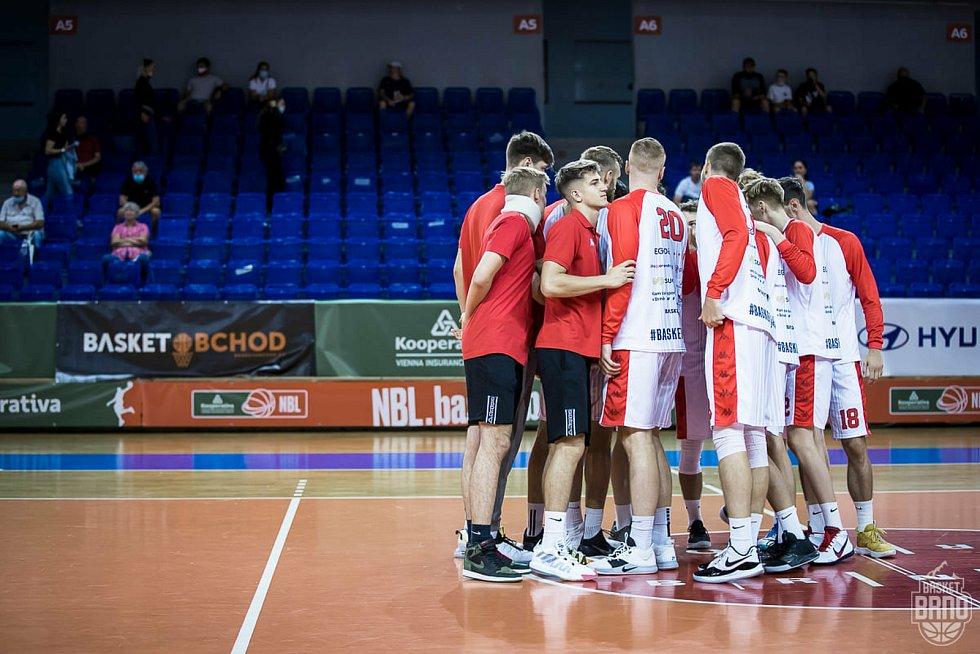 Brněnští basketbalisté (v bílém) se utkají ve dvojzápase o třetí místo s Kolínem.
