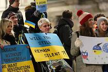 Na Moravském náměstí před Místodržitelským palácem lidé pomocí transparentů podpořili ukrajinské demonstranty.