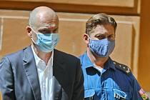 Eskorta odvádí 27. července 2020 Jiřího Švachulu (dříve ANO) z jednání u Krajského soudu v Brně. Bývalý brněnský politik je podezřelý z korupce.