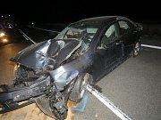 Opilý řidič naboural na Znojemsku autobusovou zastávku.