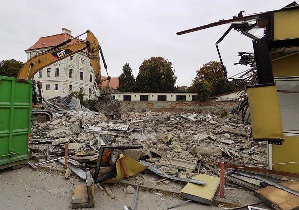 Místo chátrajících budov se obyvatelé Židlochovic dočkají vcentru města uzámku nového parku. Vareálu už dělníci a stroje bourají.