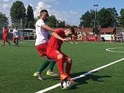 S pěti nováčky česká reprezentace v malém fotbalu do 21 let přejela 6:2 své maďarské vrstevníky a potom notně potrápila maďarské áčko, které za měsíc obhajuje bronzové medaile na evropském šampionátu. Prohrála 2:4.