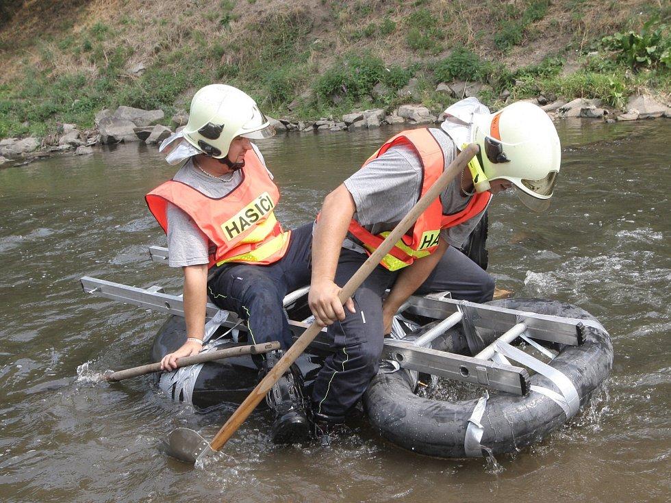 Plavidlo připomínající auto, necky, vor i dvě hasičské pneumatiky spojené žebříkem. Na těchto výtvorech se závodilo.