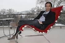 Francouzský herec Anthony Delon navštívil brněnskou vilu Tugendhat, kde ho čekalo reklamní focení.
