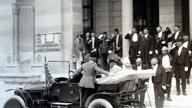 Ve třetím autě v řadě jel při manévrech v Sarajevu arcivévoda František Ferdinand d´Este se svou ženou Žofií. Na snímku stojí i s řidičem Leopoldem Lojkou (za volantem a na snímku vpravo) před sarajevskou radnicí. Hrabě František Harrach stojí na stupátku