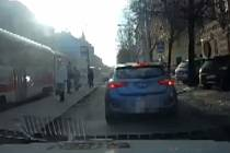 Před brněnskými strážníky ujížděl řidič, který předtím úmyslně zaparkoval na chodníku před ředitelstvím městské policie ve Štefánikově ulici a odmítal auto odstranit.