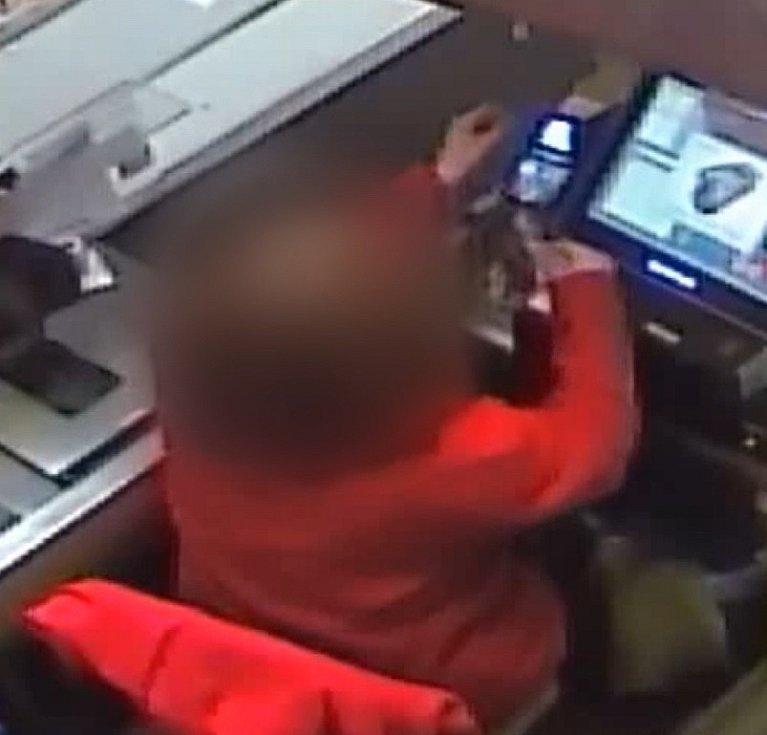 Neznámý pachatel přistoupil k pokladní žabovřeského obchodu přímo v momentu, když obsluhovala zákazníka.
