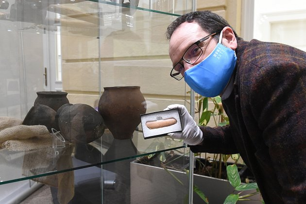 Runová kost, unikátní nález archeologů MU vnalezišti Slovanů vlokalitě uBřeclavi. Jde onápis na kosti ve starogermánských runách (znacích).