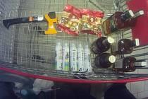 Ukradené zboží ze supermarketu v brněnské Slatině.