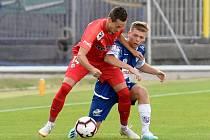 Fotbalista Jakub Přichystal (v červeném).