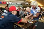 Filip Salač s nejmenším fanouškem při podepisování na autogramiádě jezdců Moto GP v brněnské Vaňkovce.