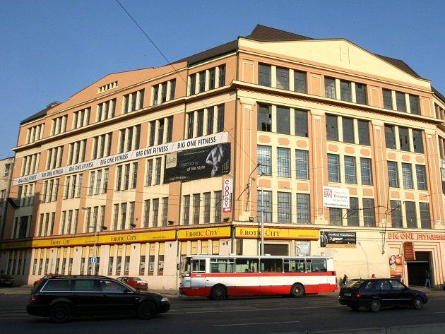 Podle jednoho z návrhů mají okna Vlněny ozdobit červené záclony upozorňující na stav takto cenné budovy. Ilustrační foto.