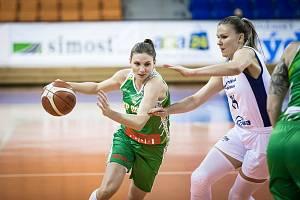 Basketbalistka KP Brno Kateřina Zohnová (v zeleném) se tlačí do zakončení při eurocupovém utkání proti polskému Gorzówu.