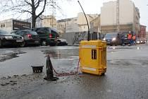 Voda vyvěrající ze silnice překvapila v úterý před půl šestou ráno kolemjdoucí ve Veselé ulici v Brně. U hotelu International si hlídka městské policie všimla havárie vodovodního potrubí.