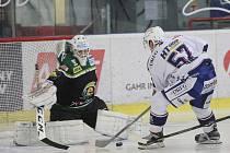 Hokejisté brněnské Komety (v bílém) podlehli v předvánočním extraligovém utkání Karlovým Varům 3:4 po samostatných nájezdech.