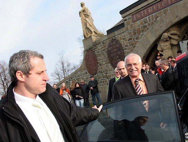 Prezident Václav Klaus odjíždí z areálu Památníku Mohyla míru