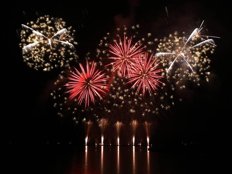 Společnost Tarra Pyrotechnik reprezentující Českou republiku v sobotu v noci představila první soutěžní ohňostroj.