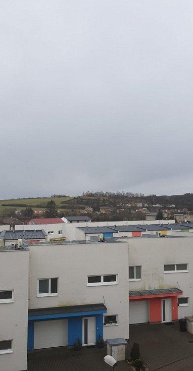 Rosice u Brna, po dešti, vítr ale nikde ? překvapivě chlapi na stavbě s jeřábem v plném pracovním nasazení.