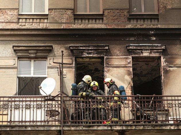 Pět dětí a tři dospělé museli v pondělí kolem jedné hodiny odpoledne evakuovat hasiči kvůli požáru bytu v Křenové ulici v Brně. Na místě zasahovala také záchranná služba, která ošetřovala obyvatele bytu přidušené kouřem.