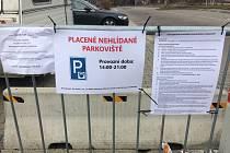 Podnikatel Libor Procházka, ani firmy s ním související, nesmí podle předběžného rozhodnutí soudu vybírat parkovné nebo bránit autům v parkování u hotelu Boby nebo u Hokejových hal dětí a mládeže.