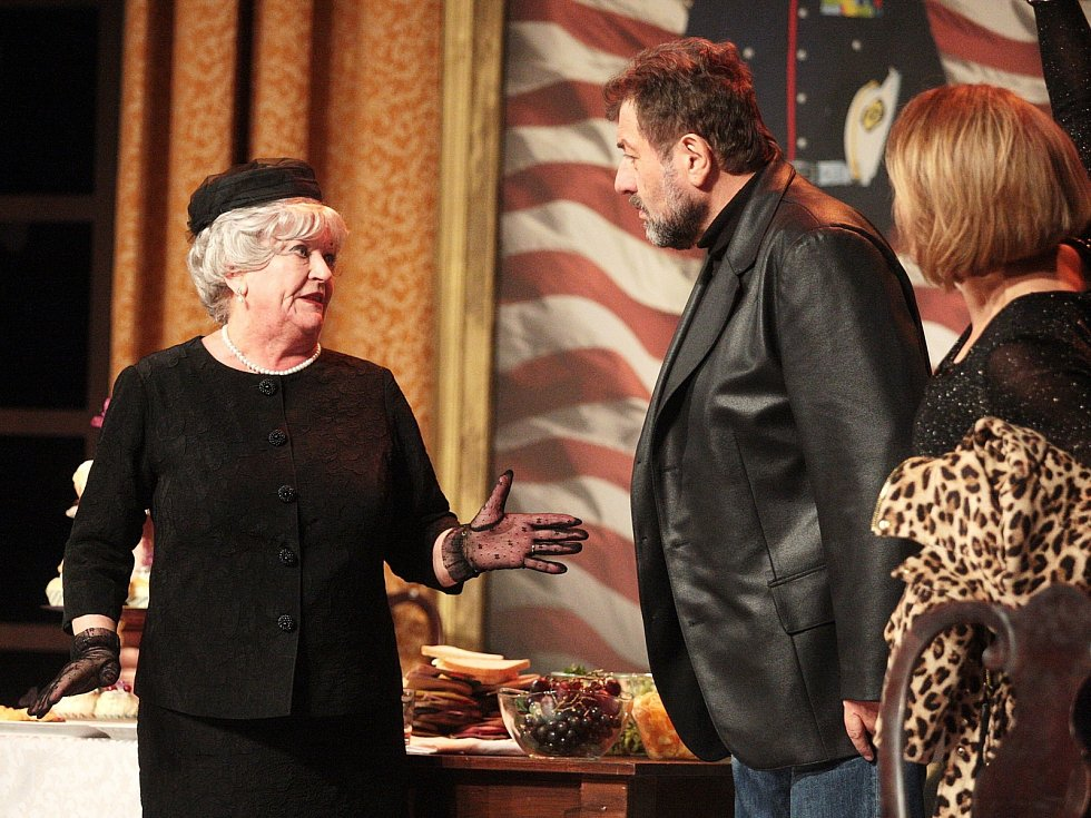 Ryba potmě, černá komedie vyprávějící příběh sebeironického Normana a jeho dominantní matky, která se k němu nastěhuje domů a začne mu organizovat život. Pouhý rok a půl po svém prvním uvedení v New Yorku se tohoto titulu dočkají také diváci v Brně.
