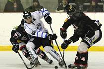 Hokejisté Techniky (v černém) začali baráž o postup do první ligy domácí porážkou s Havířovem 1:3.