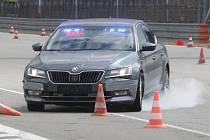 Policisté na Masarykově okruhu trénovali manévry krizového řízení při dálničních rychlostech.