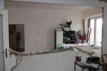 Výbuch poškodil i sousední byt.
