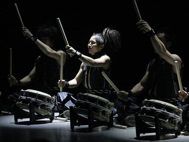 Soubor japonských bubeníků Yamato vystoupil v brněnském Janáčkově divadle, kde představil svoji show Rojyoh The beat on the road.