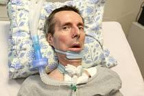 Od té doby, co u Ivo Kolíska propukla amyotrofická laterální skleróza, je upoutaný na lůžko. Nemůže se hýbat, žvýkat, samostatně dýchat ani mluvit. Komunikuje jen mrkáním.