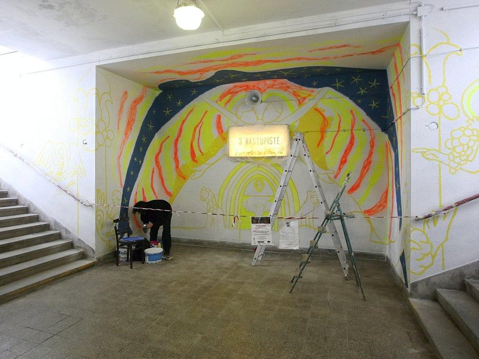 Dobrovolníci se rozhodli zkrášlit podchod v Tišnově.